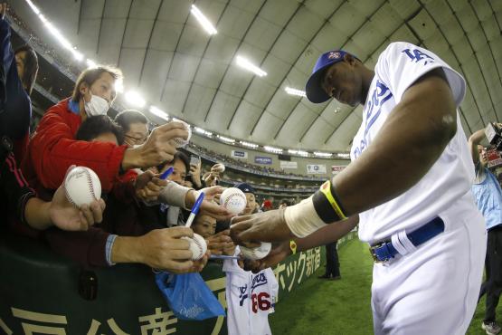 Yasiel Puig signing autographs before Sunday's game (Yuki Taguchi/MLB Photos)